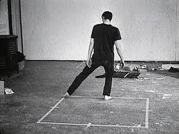 Bruce Nauman, Walking in an Exaggerated Manner around the Perimeter of a square, vidéo 1967-69.
